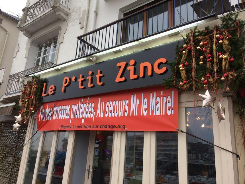 Aux décorations de Noël, les commerçants en colère ont ajouté des banderoles