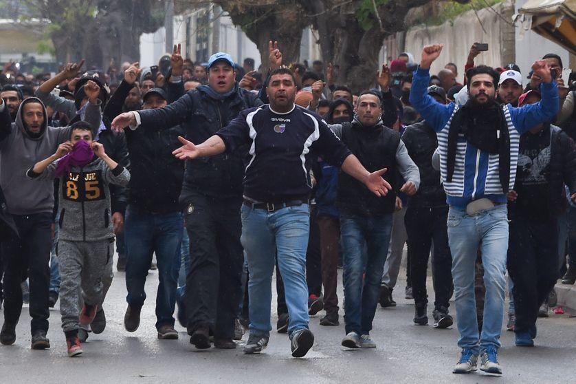 Manifestants protestant contre la politique d'austérité du gouvernement, dans la ville de Tebourra en Tunisie, le 9 janvier 2018.