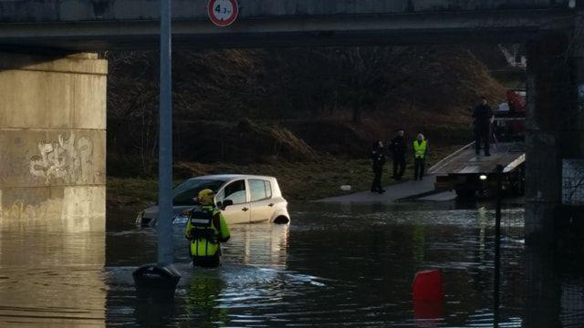 A Pontarlier, l'automobiliste a été coincée par la montée des eaux.
