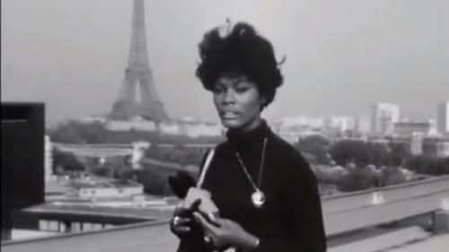 "12 octobre 1964 ""Walk On By"" par Dionne Warwick sur le toit de La Maison-de-la-Radio, Paris 16e"