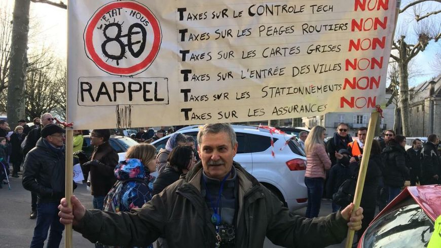 Un manifestant devant la préfecture de Périgueux.
