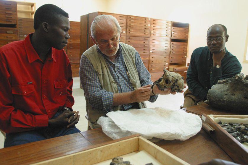 Michel Brunet présente le crâne de Toumaï en 2002, à N'Djamena
