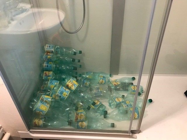 Ces 35 bouteilles vides symbolisent les 35 litres d'eau consommés pendant une douche de cinq minutes.