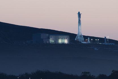 La fusée SpaceX Falcon 9 s'apprête à décoller du Space Launch Complex 4 à la base aérienne de Vandenberg à Lompoc, en Californie, le 22 décembre 2017.