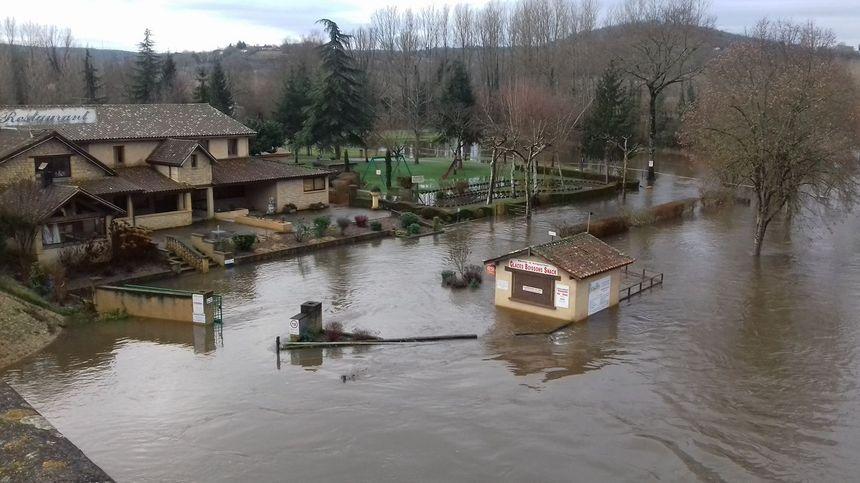 La terrasse de ce restaurant au pont du Vic au Buisson est sous les eaux.