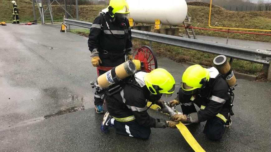 Les 18 salariés ont été dans la peau des sapeurs pompiers de la Vienne le temps d'une journée.