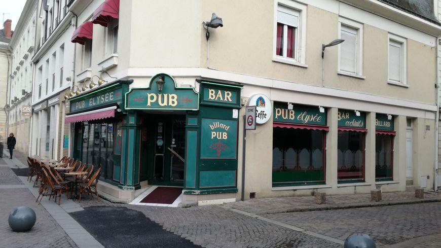 Au Pub l'Elysée, à côté de la mairie, on se souvient des nombreuses caméras venues à Sablé-sur-Sarthe lorsque l'affaire Fillon a éclatée.