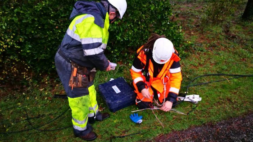 Deux techniciens de l'équipe d'intervention SAV Clients d'Orange à Lanester inteviennent pour réparer un cable de téléphonie fixe, à Brambo, un lieu-dit de Caudan