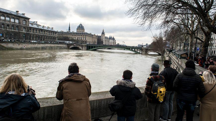 A Paris, la crue de la Seine est aussi une attraction touristique.
