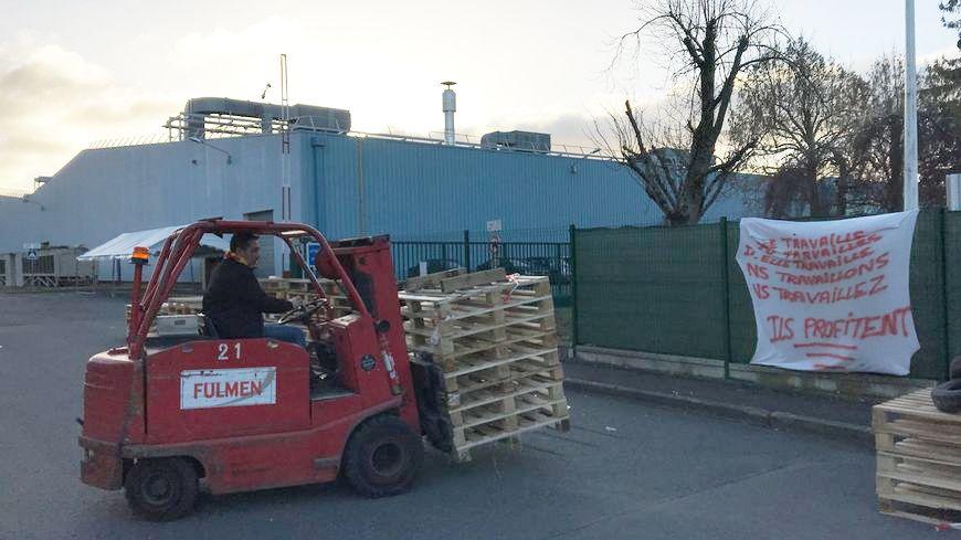 Les salariés de Tupperware commencent à enlever les palettes qui bloquaient le site