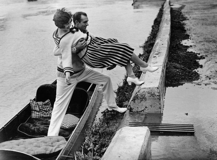 Un homme galant aidant une femme, Londres, 1925