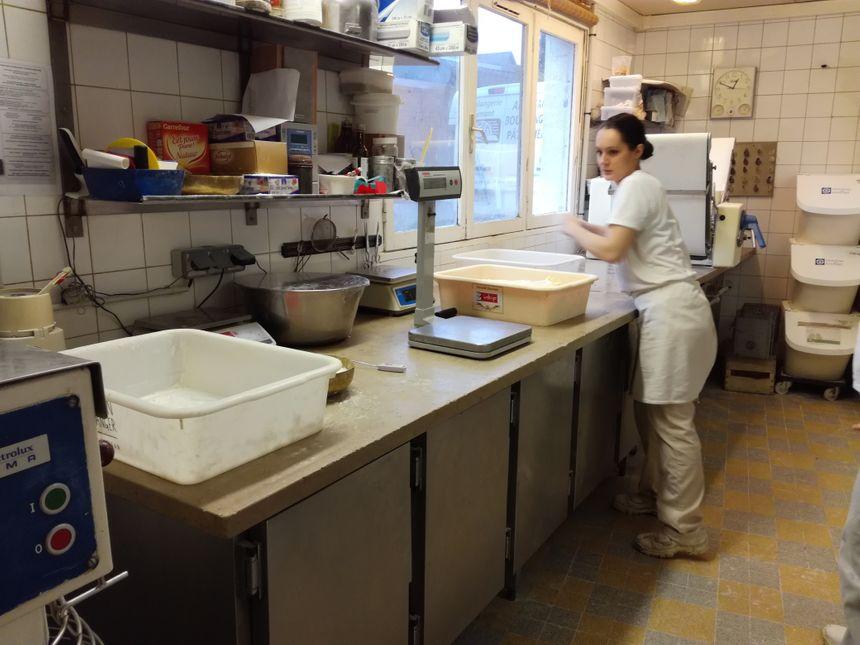 Kim est apprentie depuis l'été à la boulangerie Osmont. Ce qu'elle aime avant tout ici c'est l'artisanat et le fait maison.