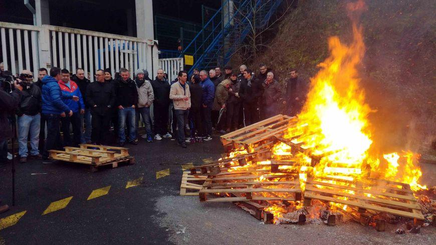 Les salariés de SAI réunis devant leur usine de Revin