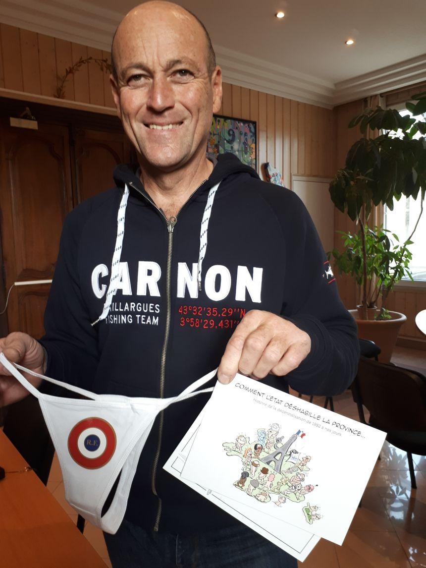 Le maire de Baillargues, Jean Luc Messonier, la carte de voeux 2018 et le string