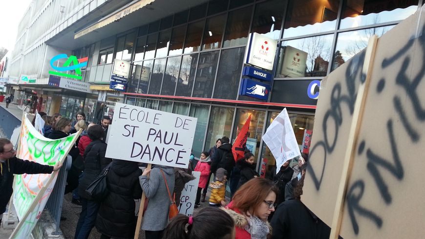 Les parents d'élèves de plusieurs écoles ont manifesté ce mercredi devant l'Inspection académique de la Loire