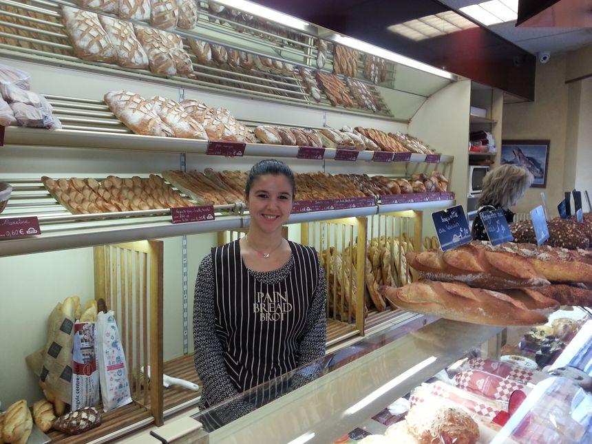 Vanessa vendeuse à la boulangerie Héliot située dans le quartier des Bourroches à Dijon