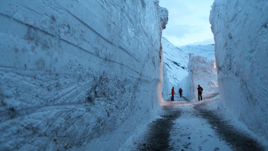 Des murs de neige de quatre à sept mètres de hauteur !