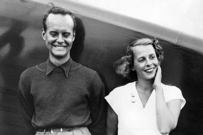 Photo prise le 22 août 1936 la baronne suédoise Eva von Blixen, aviatrice et écrivain plus connue sous le nom de Karen Blixen, et de Kurt Bjorkwall, pilote professionnel, au Roosevelt Field de New York.