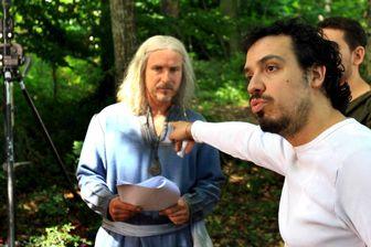Alexandre Astier dirige l'acteur Franck Pitiot sur le tournage de la série Kaamelott en 2006, au château de Montmelas
