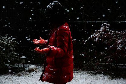 Jeune fille debout dans la neige
