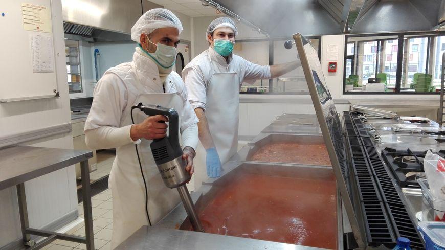 """Bertakoa restauration Baionan, etxeko """"ketchup""""a prestatzen"""