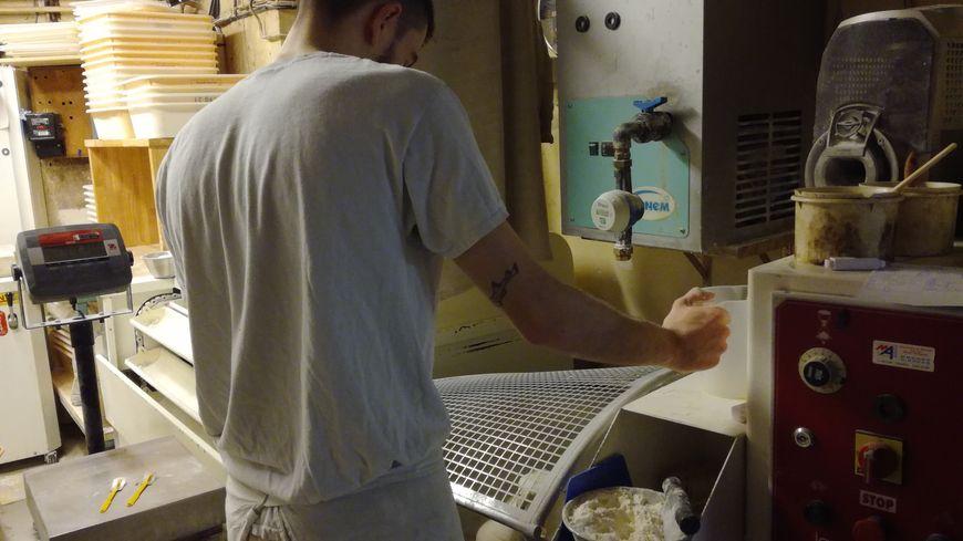 Dans la boulangerie Osmont tous les pains sont 100% bio. Cette Scop créée il y a trois ans, emploie aujourd'hui une dizaines de personnes dont cet apprenti en train de façonner son pain.
