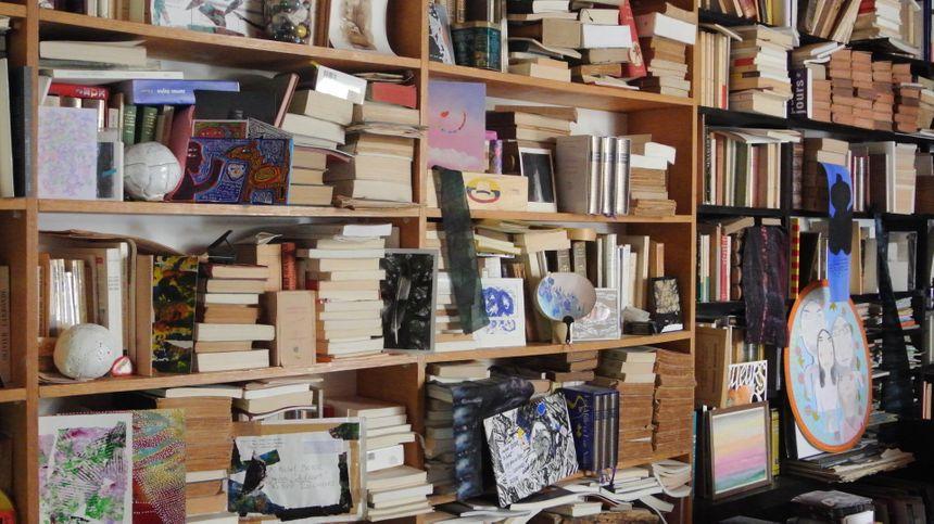 Des livres, des dessins, des crayons et des pinceaux... - Aucun(e)