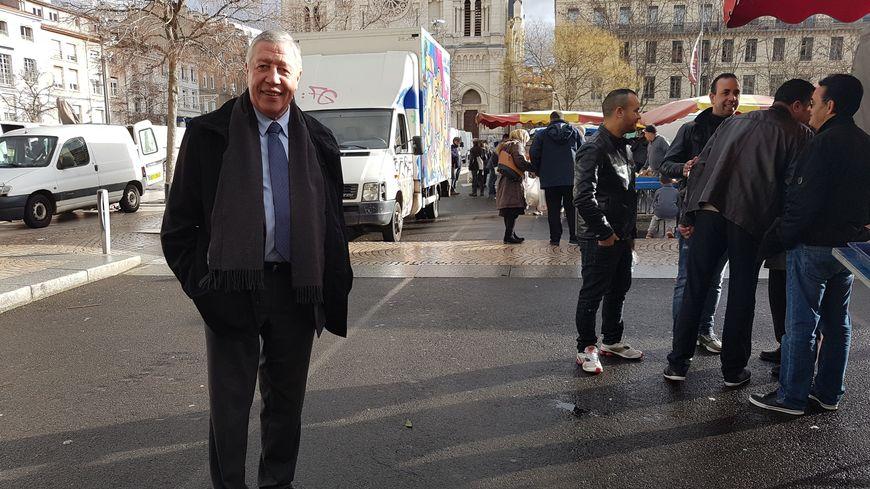 Dans les allées du marché de Saint-Chamond, François Rochebloine est comme chez lui : impossible de faire un mètre sans saluer quelqu'un.