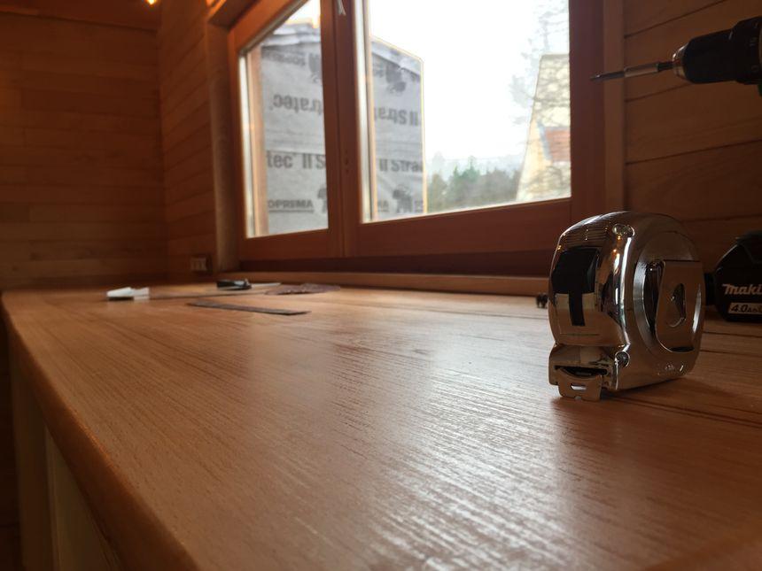 Du plan de travail aux fenêtres, chaque planche de bois a été étudiée au millimètre et taillée sur mesure.