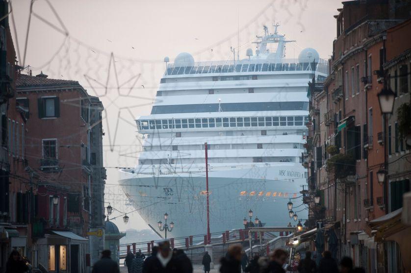 Le paquebot de croisière MSC Magnifica passe près de la place Saint-Marc dans le bassin de Venise, le 23 janvier 2011