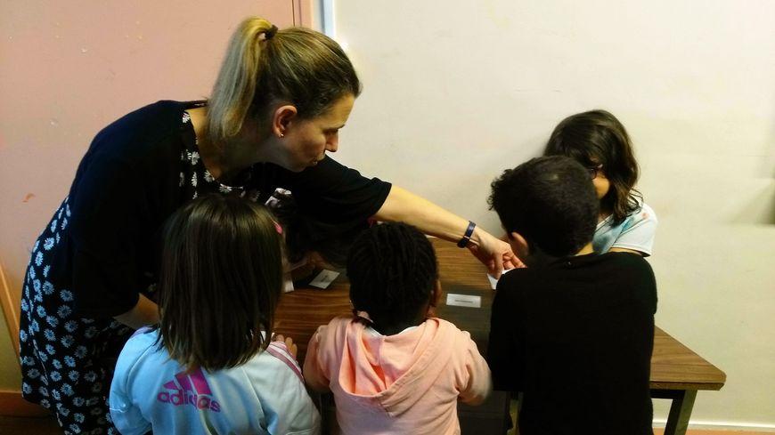 Les enfants réalisent des activités courtes en rapport avec la lecture.