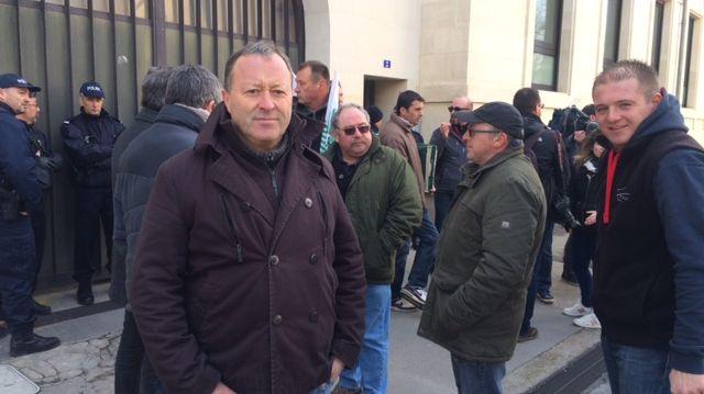 Une trentaine d'agriculteurs se sont rassemblés devant la préfecture à Périgueux