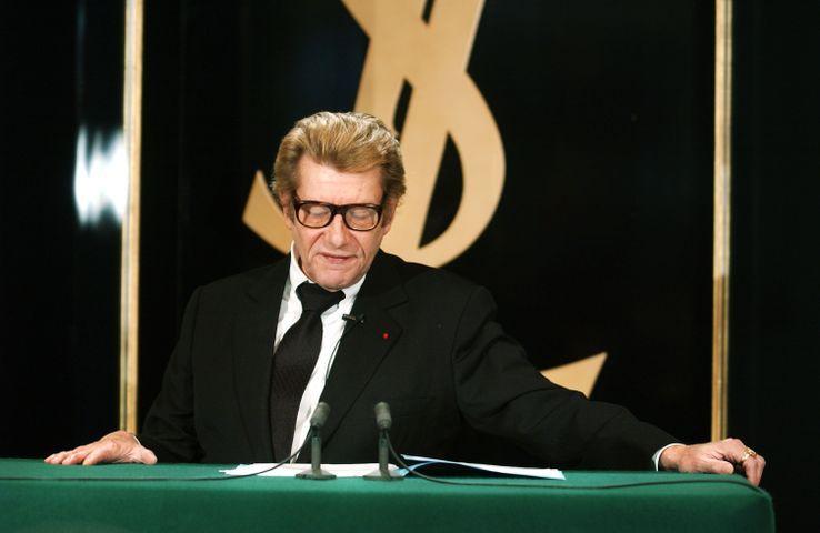 """Yves Saint Laurent donne une conférence de presse le 07 janvier 2002 au siège de sa maison de couture à Paris, au cours de laquelle il annonce qu'il dit """"adieu"""" à la couture"""