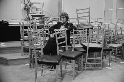 Yves Saint Laurent en backstage lors d'un défilé de mode, le 22 janvier 1972.