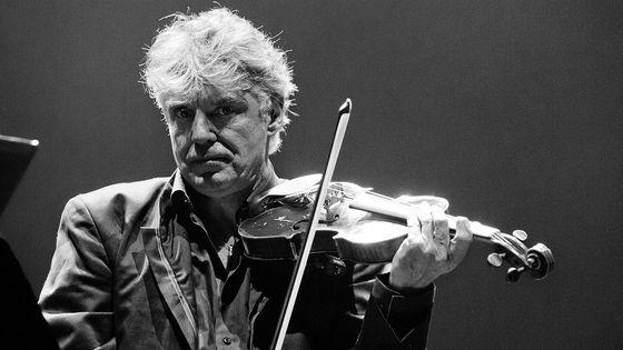 Le violoniste Didier Lockwood sur la scène de la Grande Halle de La Villette, le 28 avril 2011, à Paris.