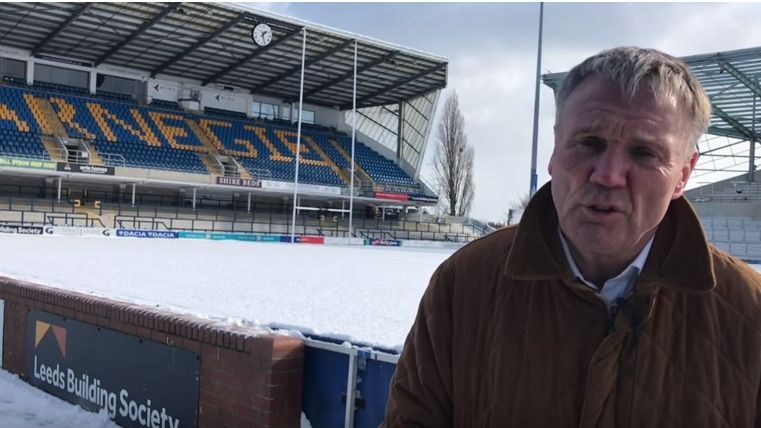 Le Chief Executive de Leeds Gary Hetherington devant la pelouse enneigée de Headingley