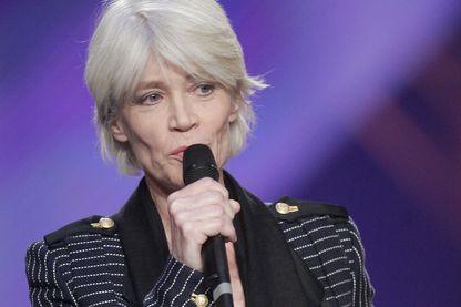 Françoise Hardy après avoir reçu la Victoire de l'Artiste Interprète féminine de l'année, le 05 mars 2005 sur la scène du Zénith à Paris, lors de la cérémonie des 20e Victoires de la musique.