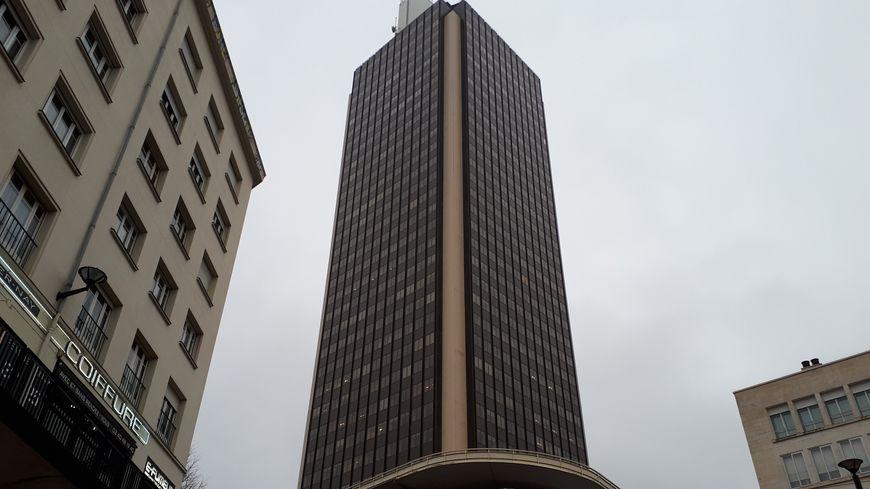 La Tour Bretagne fait 120 mètres de haut (144 mètres avec les installations techniques).