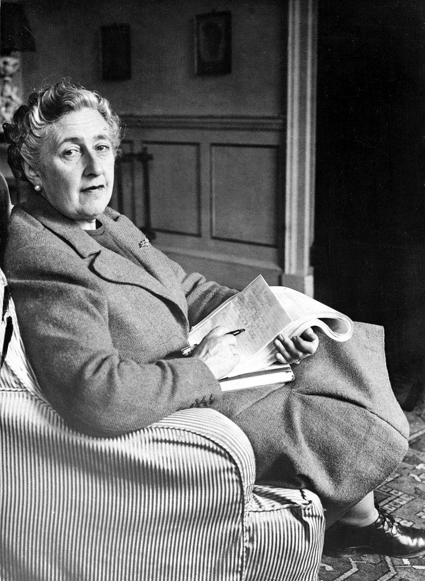 """La romancière Agatha Christie, en mars  1946 dans sa maison """"Greenway House"""" dans le Devonshire."""