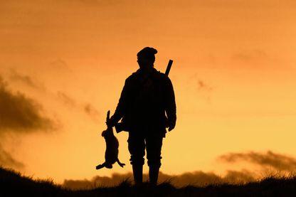 Le président de la République part à la conquête du monde rural en courtisant les chasseurs.