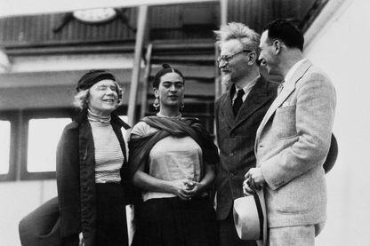 Le couple Trotsky-Sedova accueilli à Mexico par Frida Kahlo et le marxiste américain Max Sachtman