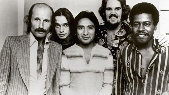 The Weather Report en 1977. De gauche à droite : Joe Zawinul, Jaco Pastorius, Alex Acuna, Manolo Badrena et Wayne Shorter