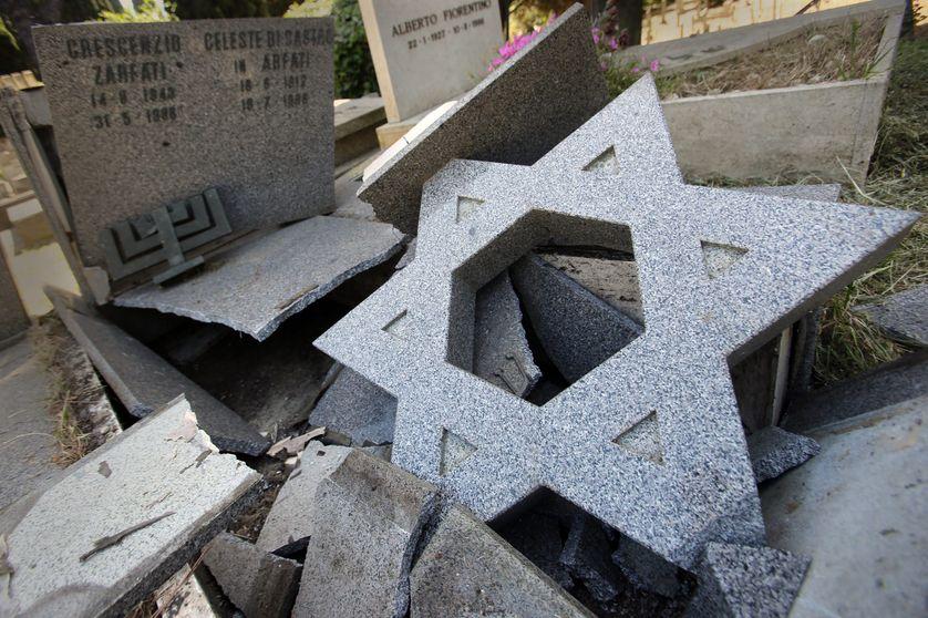 Une tombe juive vandalisée dans le cimetière de Verano en Italie, dans le nuit du 11 au 12 mai 2017