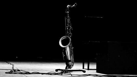 Saxophone sur scène.