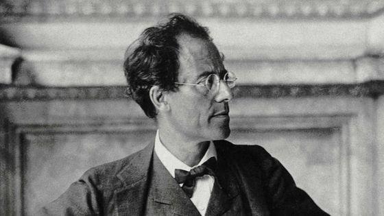 Gustav Mahler dans le hall de l'Opéra de Vienne, en 1907 / cliché Jean-Loup Charmet d'après un original de Moritz Nähr / BnF