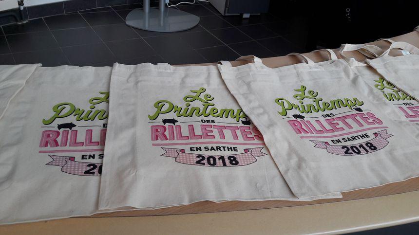 Des tote-bags imaginés pour le Printemps des rillettes par la graphiste Caroline Massot. - Radio France