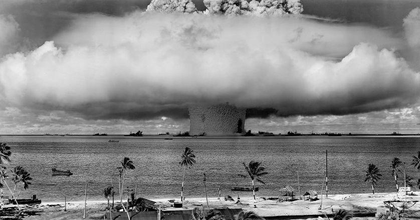 Photo du champignon nucléaire causé par l'explosion Baker (25 juillet 1946) sur l'atoll de Bikini.