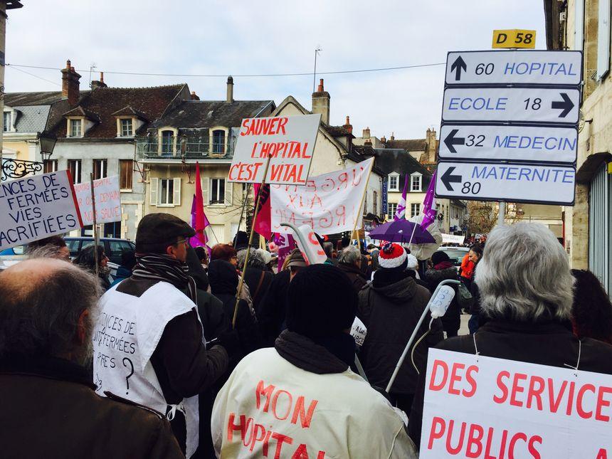 """Les rues de Clamecy noires de monde : dans le cortège des élus, des infirmiers, des citoyens """"on nous méprise. On va construire des pompes funèbres à la place des urgences dans les campagnes"""""""