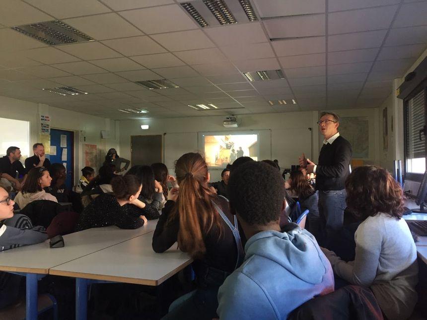 Les élèves du collège Costa Gavras et leur enseignant David Lesauvage présentent leurs films au réalisateur.