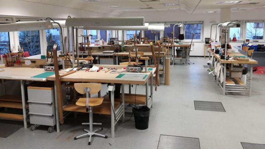 Atelier de travail sur table et d'assemblage final à l'étage de la nouvelle école de Montbéliard